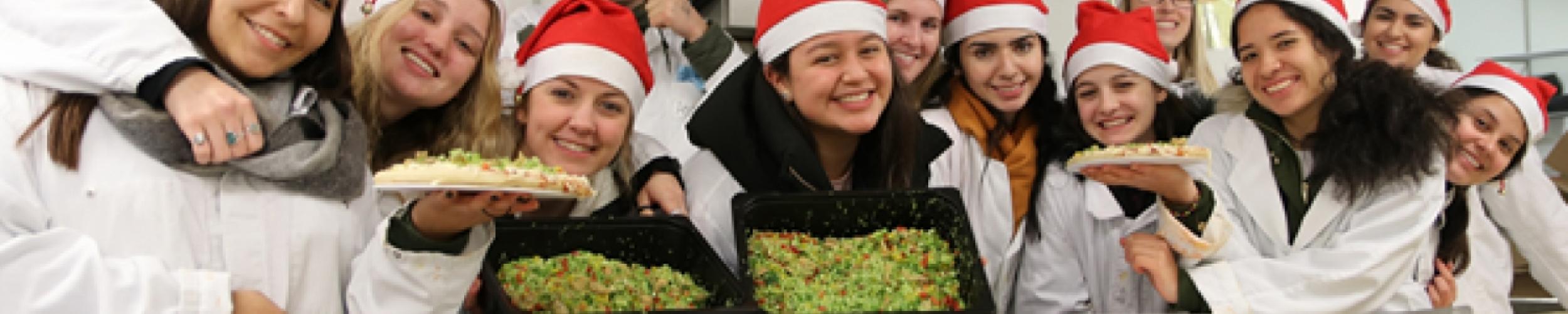881 pizza's verkocht voor de Warmste Week door Rotary uitwisselingsstudenten